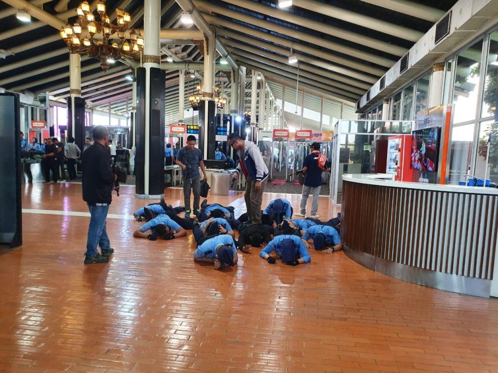Petugas Avsec & Penumpang Disandera, Pesawat Dibajak Teroris di Bandara Soetta