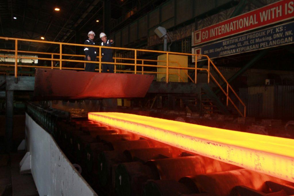 Produk Blast Furnace yang berupa hot metal (baja cair panas) telah mengalir dan mampu menurunkan konsumsi listrik dan elektroda