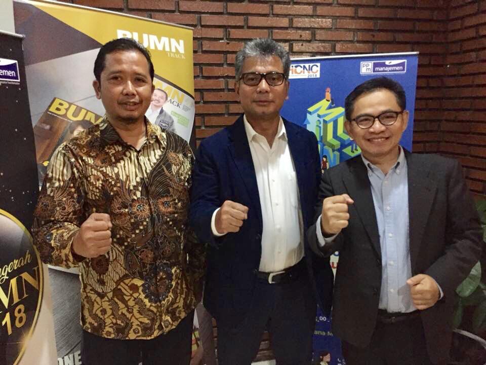 Dirut BRI Sunarso diapit CEO BUMN Track HS Sutarto dan Pemred Akhmad Kusaeni