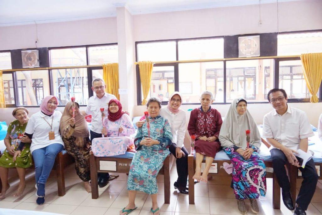 Plt Dirut PLN Inten Sripeni kunjungi Panti Werda