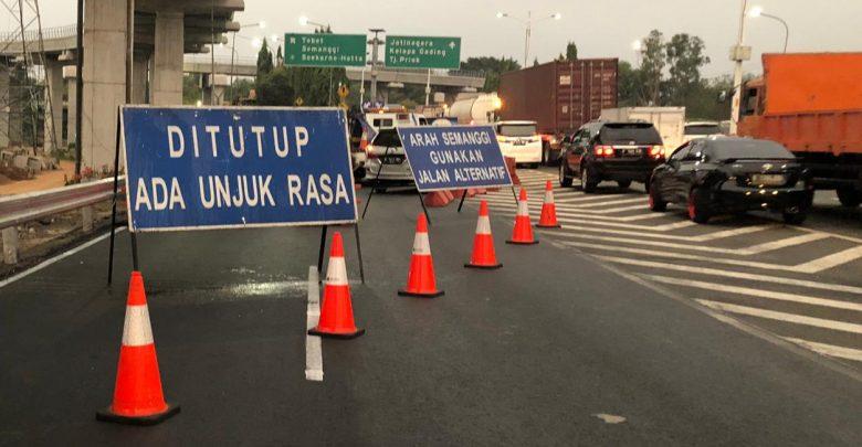 Photo of Gedung MPR/DPR Ada Aksi Unjuk Rasa, Lalu Lintas Tol Cawang-Tomang Dialihkan