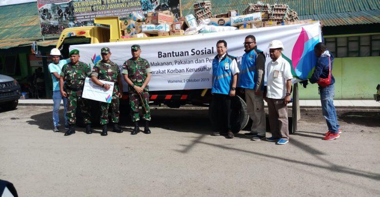 Photo of Selain Pulihkan Listrik, PLN Salurkan Bantuan untuk Korban Kerusuhan Wamena