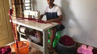 Photo of Bertahan di Tengah Wabah Covid-19, Pedagang Baju Alih Profesi Jadi Perajin Masker