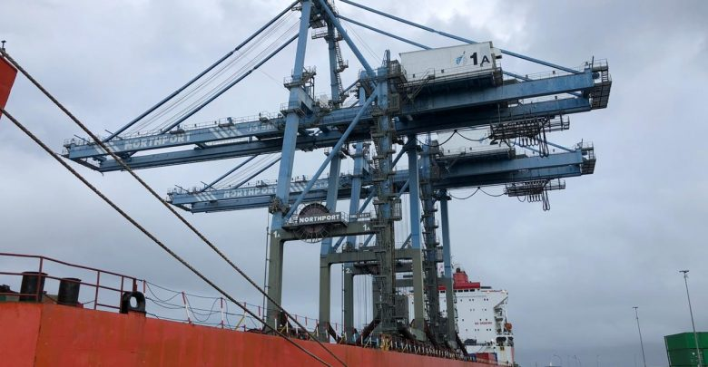 Photo of Pacu Pertumbuhan Indonesia Timur, Pelabuhan Sorong Datangkan Dua Container Crane