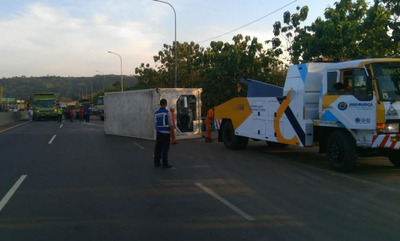 Photo of Kecelakaan Truk Trailer, Jasa Marga Lakukan Pengalihan Lalu Lintas Tol Cipularang Arah Jakarta